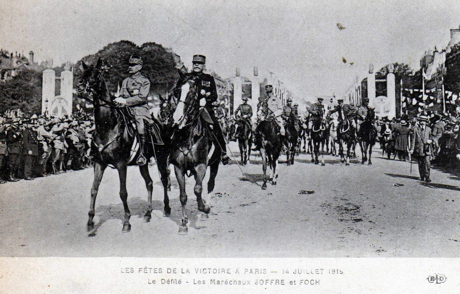 Paris - Fêtes de la Victoire à Paris. Photo des Maréchaux Joffre et Foch lors du défilé militaire du 14 juillet 1919 à Paris - Carte postale ancienne et vue d'Hier et