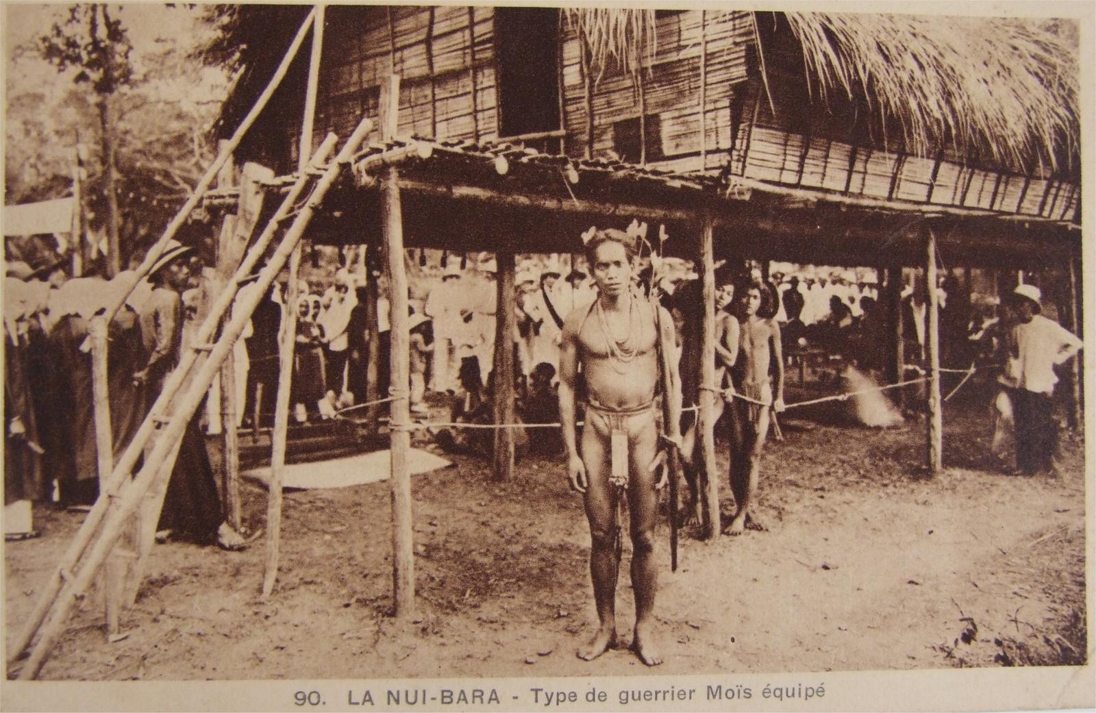 -  Indochine - La Nui-bara - Type de guerrier Moïs équipé (1936)