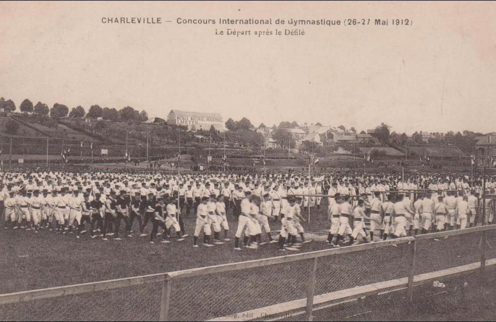 Charleville - 08 CHARLEVILLE CONCOURS DE GYMNASTIQUE 1912 LE DEPART APRES LA DEFILE