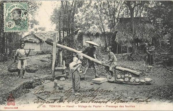 Hanoï - VIET NAM . TONKIN . HANOÏ . VILLAGE DU PAPIER . PRESSAGE DES FEUILLES . CPA ANIMEE . 1910 .
