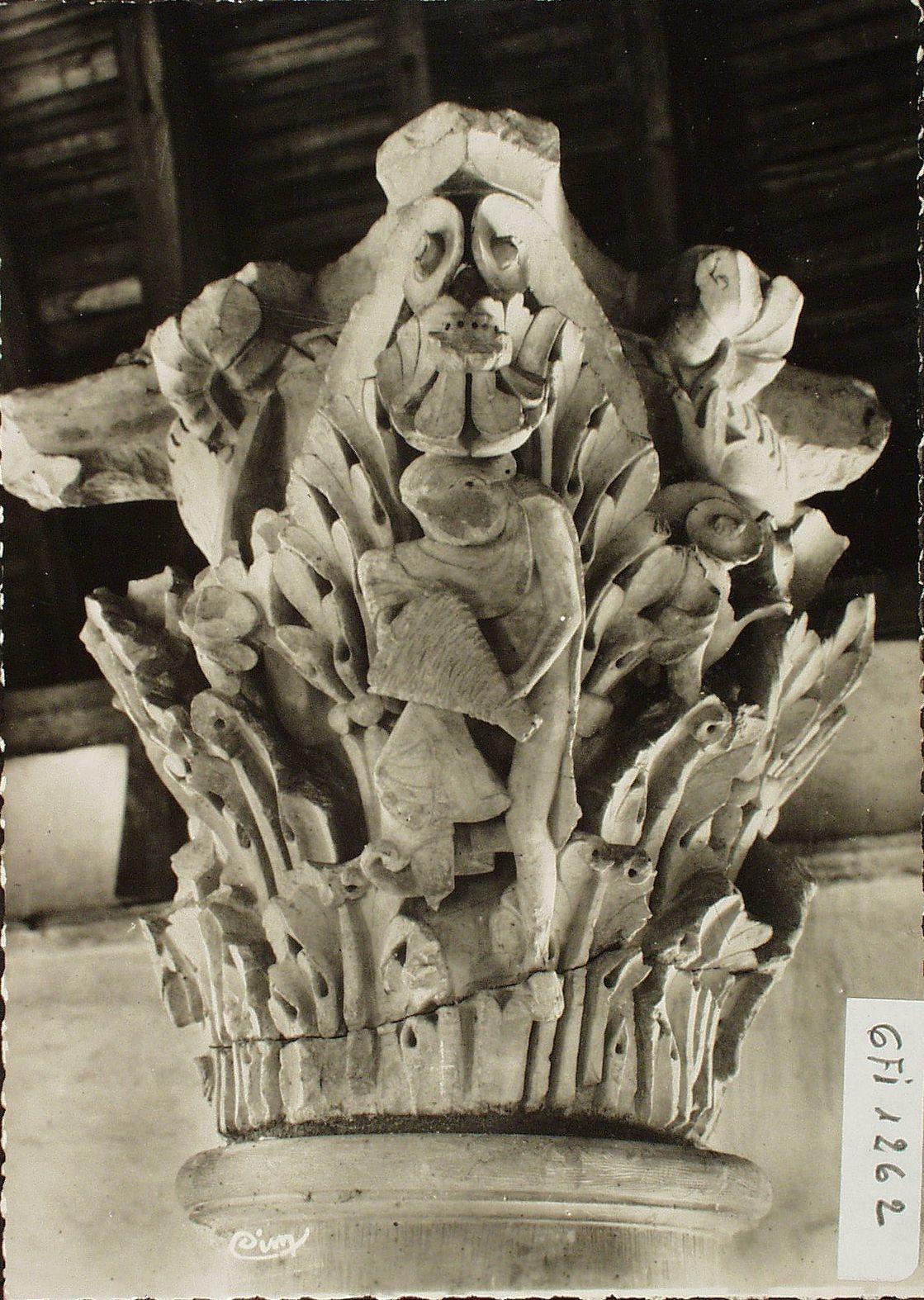 Cluny - Cluny. Chapiteau du choeur de l'église abbatiale (fin du XIe s.). L'apiculteur.