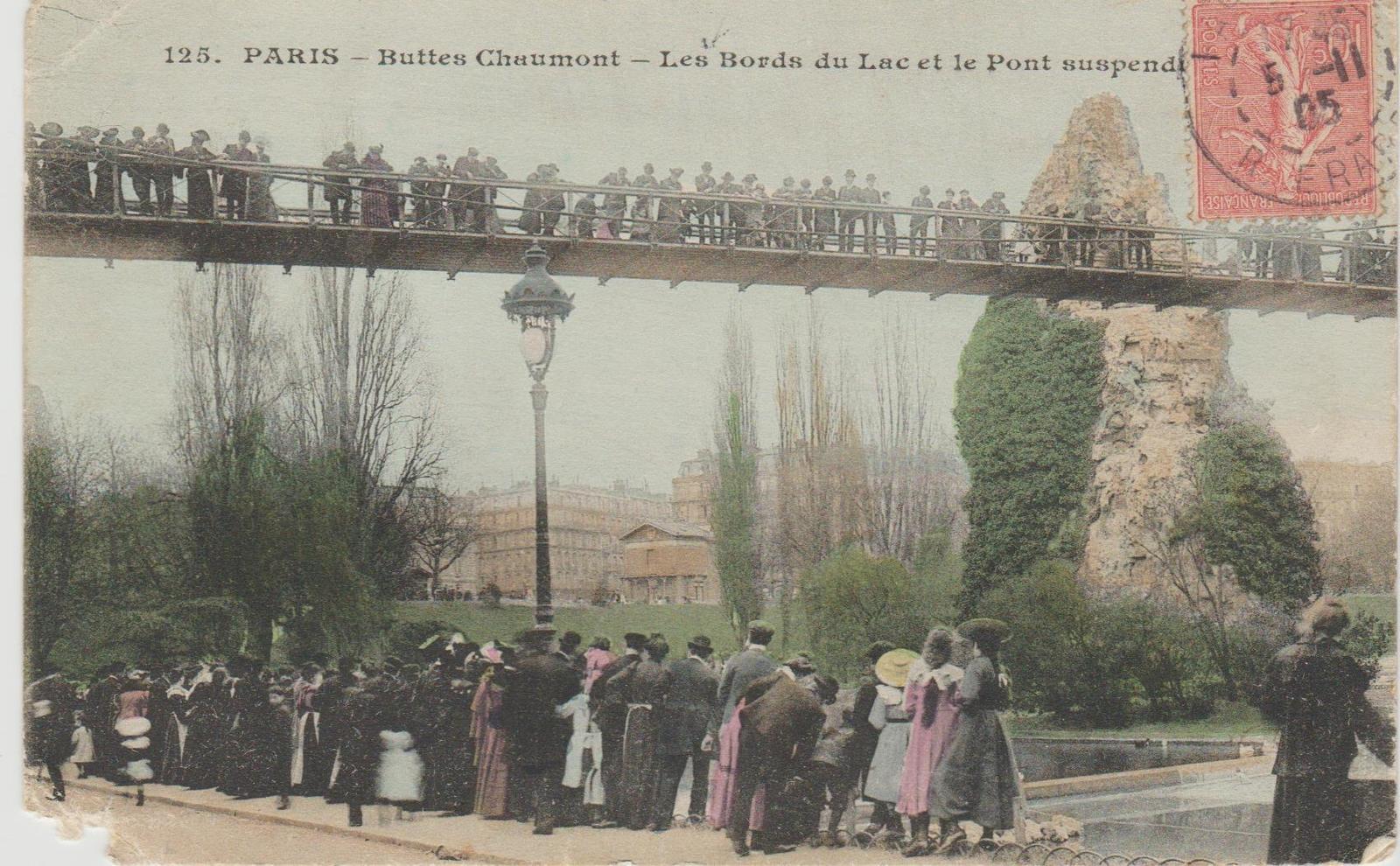 Paris - Buttes Chaumont. Les bords du Lac et le Pont suspendu.