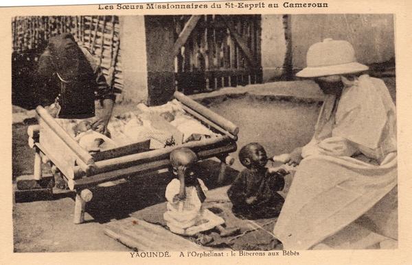 Yaoundé - Les Soeurs Missionnaires du Saint Esprit A l'orphelinat : le biberon aux bébés