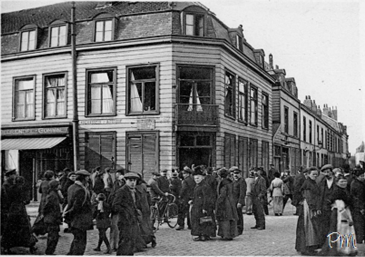 Lille -  Les lillois accourent pour observer les traces des premiers combats qui laissent penser que la guerre sera rapidement gagnée. Les combats ont laissé des traces sur la façade de l'estaminet...