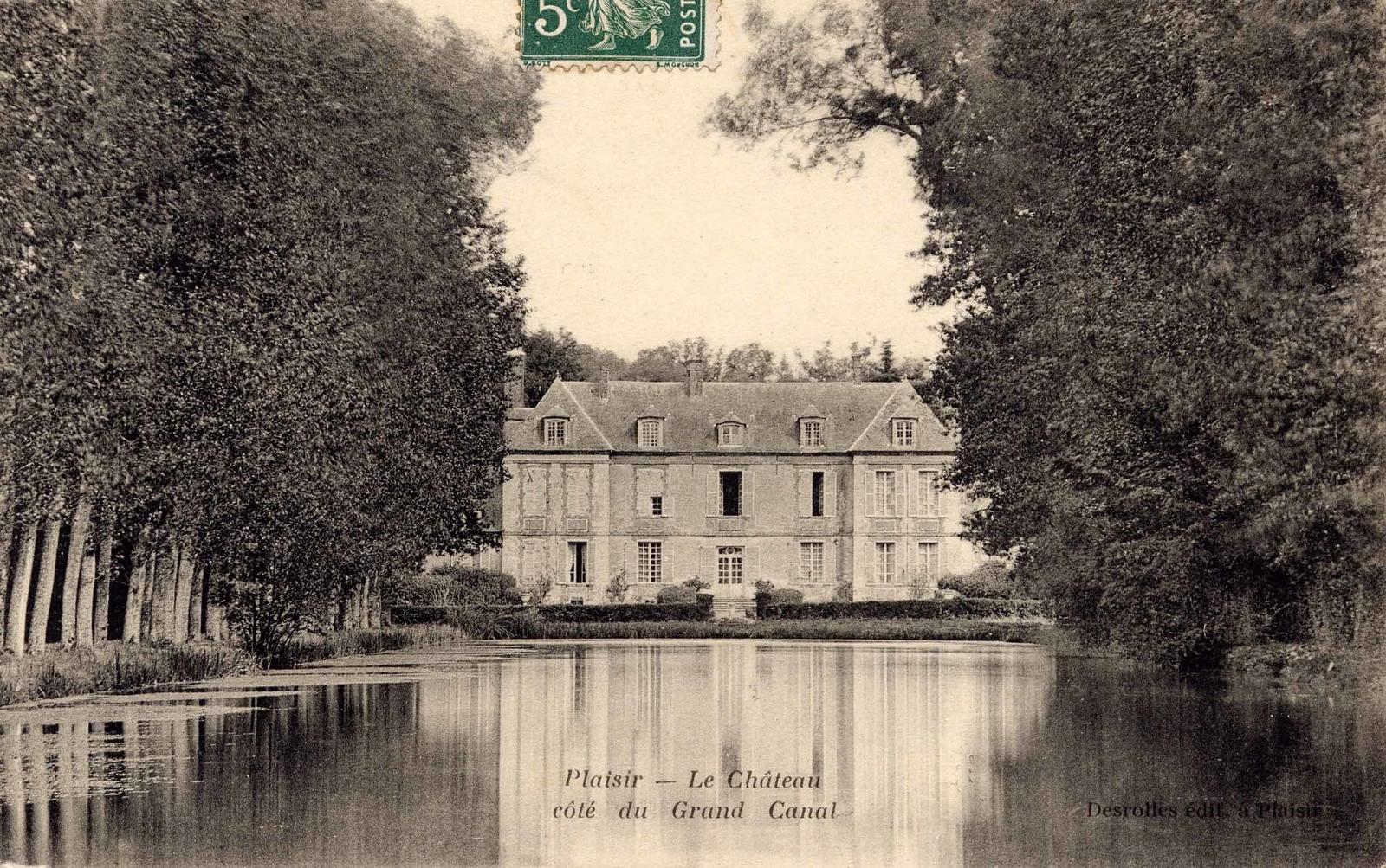 """Plaisir - CHÂTEAU DE PLAISIR : Château dix-septième siècle : corps central à un étage surmonté d'un comble mansardé flanqué de deux ailes plus basses (dix-huitième siècle).Dès 1415, il est fait état d'un fief avec hostel appelé """"Les Saussaies"""", appartenant à Jacques de Montmort puis aux seigneurs de La Grange jusque fin dix-septième siècle.L'hostel fut transformé en château une centaine d'années plus tard. Il prit son aspect actuel sous Louis XIII et il est attribué à Le Tellier, d'une famille de hauts fonctionnaires. Le domaine resta dans la famille pendant un siècle.Au début du XVIIIème siècle, la famille De Rugy occupe les lieux qui appartiendront au marquis de Saint-Sauveur sous le règne de Louis XIV. A la Révolution, le marquis émigrera, ses biens seront confisqués comme biens nationaux puis rachetés par la marquise qui revendit le tout très vite.Tout au long du dix-neuvième siècle et pendant les trois quarts du vingtième, de nombreux propriétaires vont se succéder pour arriver à une famille de Lorraine qui transforma les communs en ferme.En 1930, le domaine est acheté par une famille de notaires qui le gardera jusqu'en 1976, date de son acquisition par la commune de Plaisir. Celle-ci entreprend la restauration en vue de son ouverture au public, de 1982 à 1985 pour le château et de 1986 à 1987 pour les communs. Aujourd'hui, le château abrite une bibliothèque et le conservatoire de musique et les communs : une salle de spectacles. Le parc de 50 hectares a été classé en 1947 et le château dans les années 1960."""