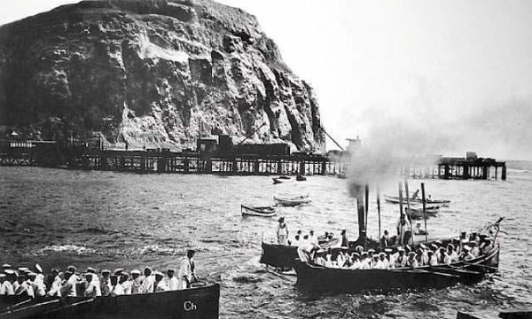 Arica - Marinería en botes frente al morro de Arica.Autor: Walter O. Runcie
