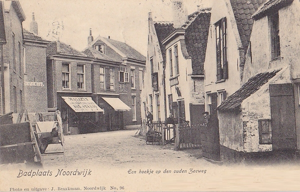 """Noordwijk Aan Zee -  """"Op een hoekje op den ouden Zeeweg"""", de tegenwoordige hoek van de Hoofdstraat en de Grent. 'Zeezicht' zou later 'Groko' heten. Je kijkt recht de Hoofdstraat in, achter de oude huisjes staat de Kapel."""