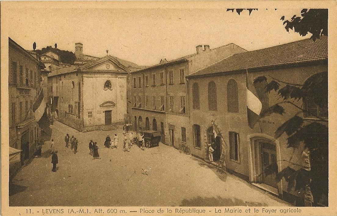 Levens - Levens - Place de la République - la Mairie (à gauche) et le Foyer Agricole (à droite) qui est aujourd'hui devenu la Mairie