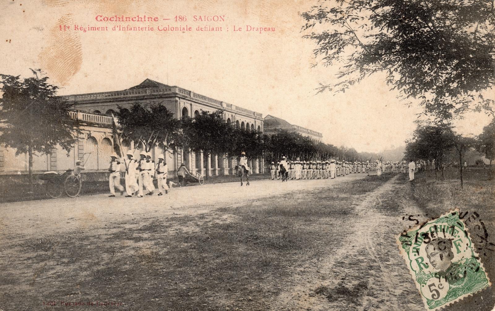 Saïgon -  COCHINCHINE-Saïgon-11è Régiment de l'Infanterie Coloniale défilant-Le Drapeau