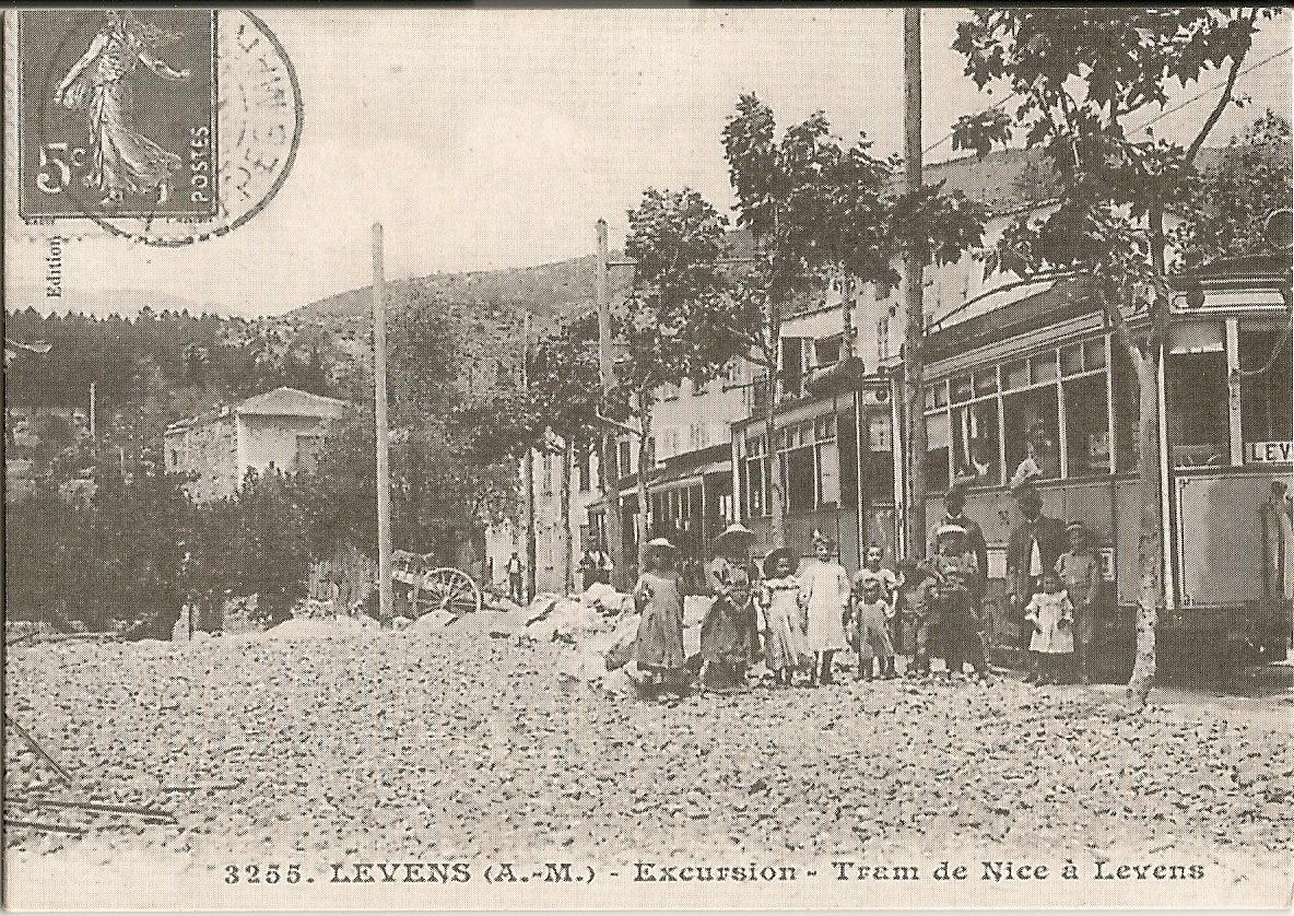 Levens - Levens - le Tram de Nice à Levens à son arrêt du quartier des Traverses