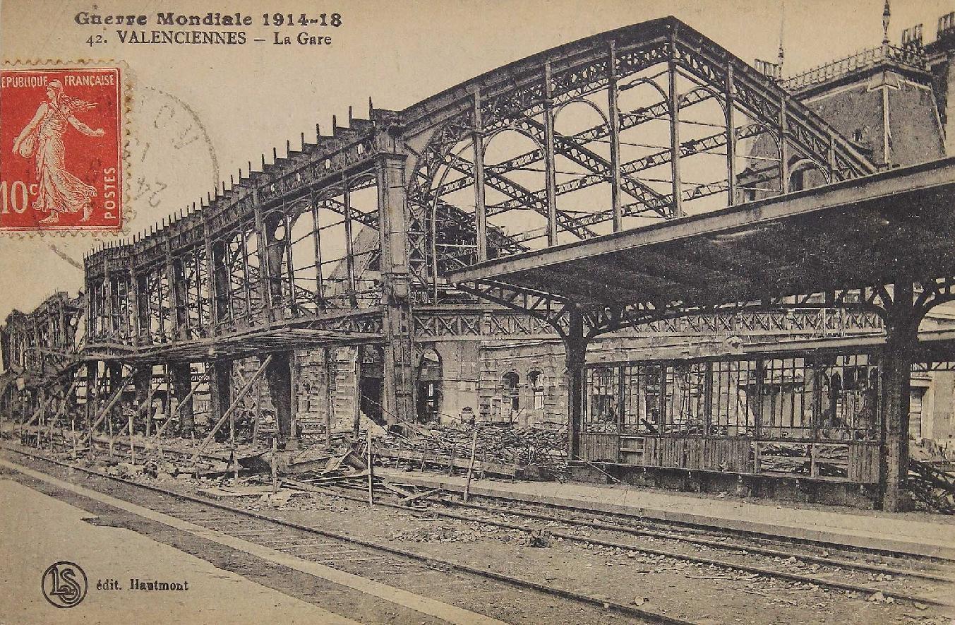 Valenciennes -  Vue de la gare de Valenciennes complètement dévastée par un bombardement.