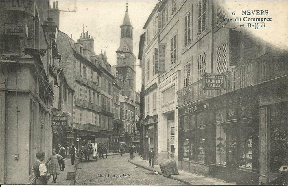 carte rue du commerce Nevers   NEVERS ( Nièvre )   DANS LA RUE DU COMMERCE   BEFFROI