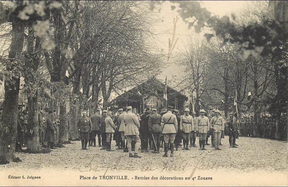 -  55 - TRONVILLE-EN-BARROIS - LA PLACE - REMISE DES DECORATIONS AU 4E ZOUAVE - EDITEUR L. JOIGNON