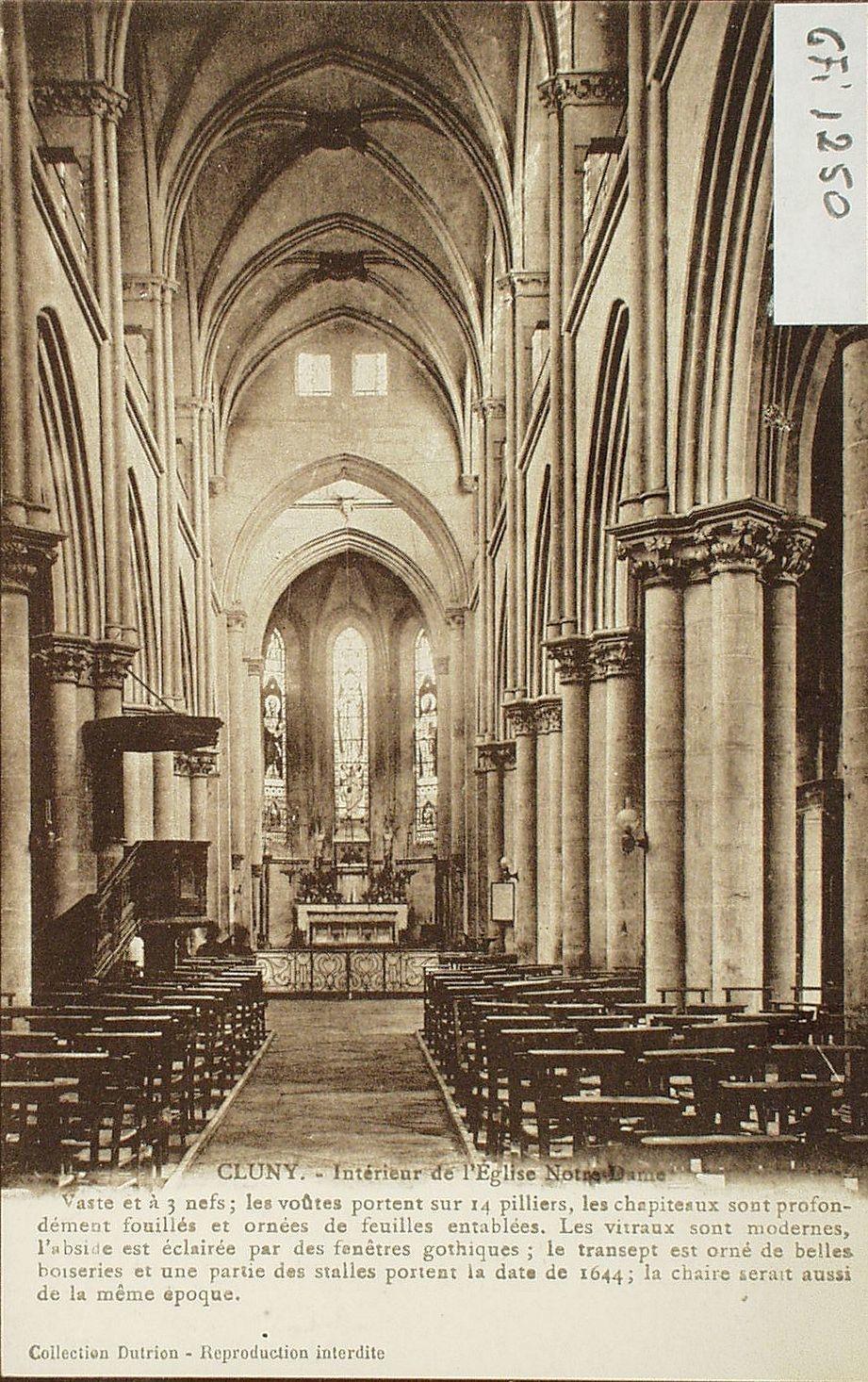 Cluny - Cluny. Intérieur de l'église Notre-Dame. Vaste et à 3 nefs   les voûtes portent sur 14 piliers, les chapiteaux sont profondément fouillés et ornés de feuilles entablées. Les vitraux sont modernes, l'abside est éclairée par des fenêtres gothiques   le transept est orné de belles boiseries et une partie des stalles portent la date de 1644   la chaire serait aussi de la même époque.