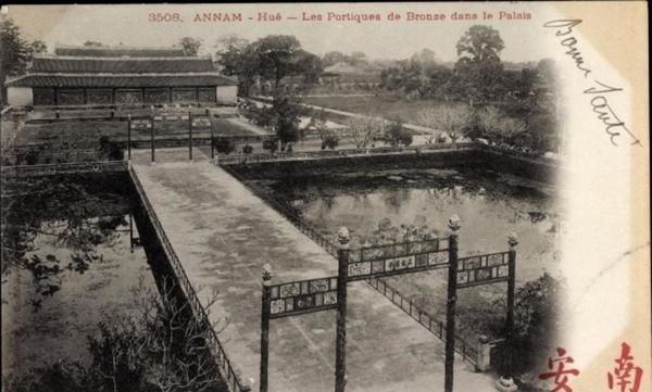 Hue - Cp Annam Vietnam, Hue, Les Portiques de Bronze dans Palais