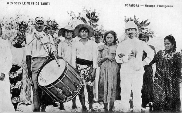 Iles sous le Vent Tahiti - Groupe d'indigènes à Borabora