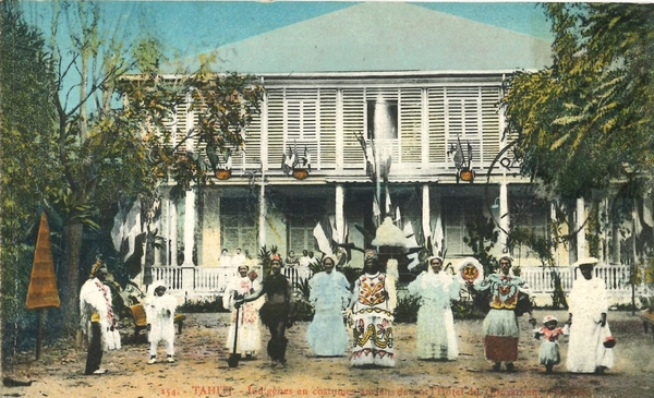 Papeete - Polynésie Française -Océanie - Tahiti - Papeete - Indigènes en Costumes devant l' Hôtel du Gouvernement(Photo Gauthier)
