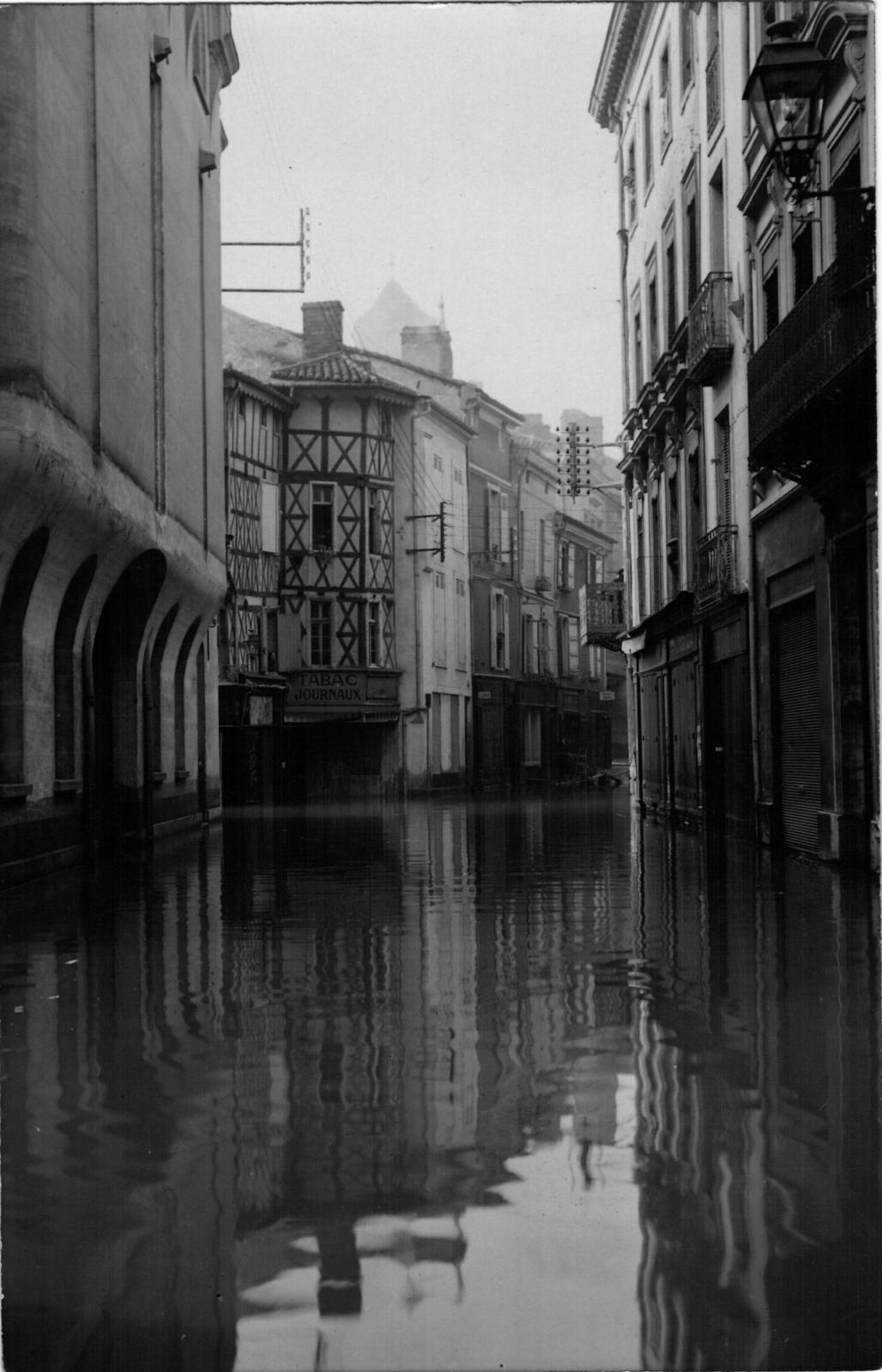 Agen - Agen 47 - Photo A.Balistai Crue de la garonne 1930 rue garonne vers la rue richard coeur ...