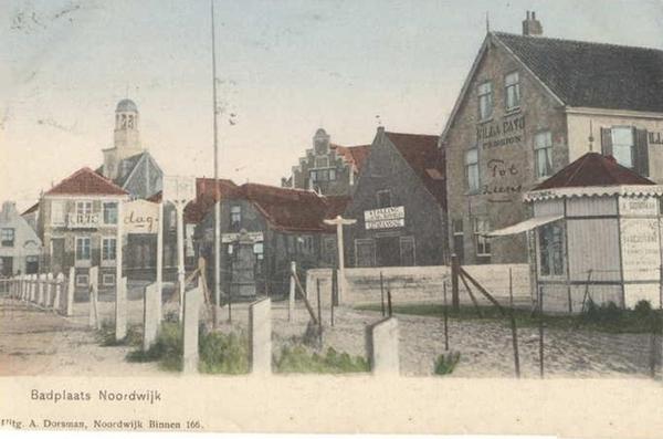 Noordwijk Aan Zee - De kop van de Hoofdstraat. Rechts de kiosk van Dorsman aan de rand van het strand.
