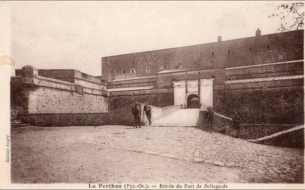 Le Perthus - LE PERTHUS ENTREE DU FORT DE BELLEGARDE MILITAIRES