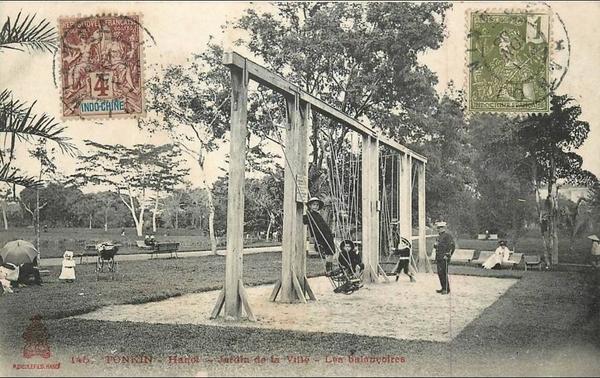Hanoï - VIET NAM . TONKIN . HANOI . JARDIN DE LA VILLE . LES BALANCOIRES . ANIMEE . 1906 .