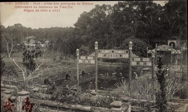Hué - Cp Hue Annam Vietnam, Allee des Portiques de Bronze conduisant au tombeau de Tieu Tri