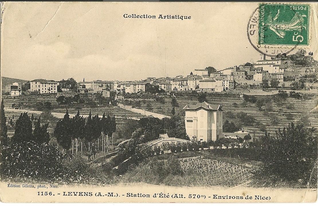 Levens - Levens - une vue générale du village depuis le quartier de la Fuont. On distingue au premier plan les vignes et la maison de convalescence les lauriers roses.