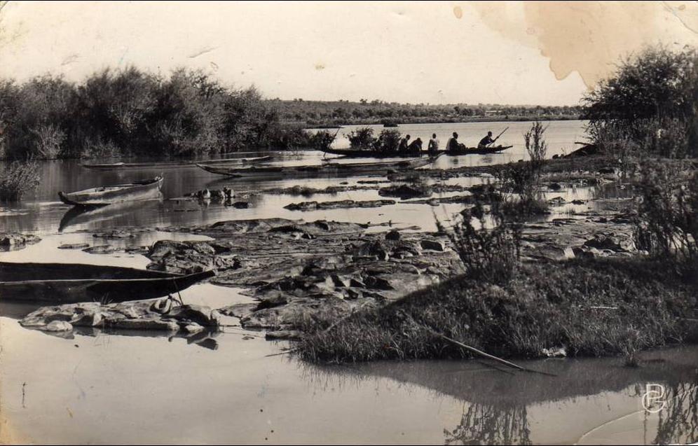 Bamako - SOUDAN BAMAKO - Départ pour la pêche Belle vue avec rochers plats et les barques genre pirogue