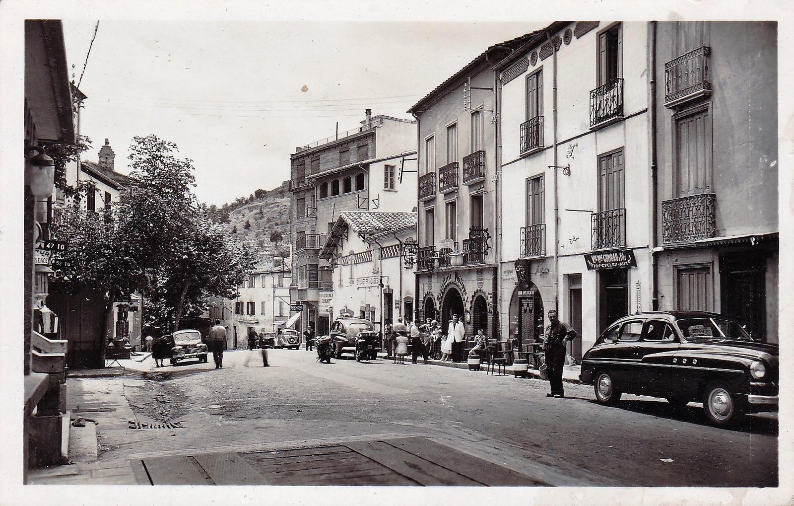 Le Perthus -  Le Perthus - Vue générale et Douanes Françaises ( bâtiment blanc à droite) la frontière Espagnole