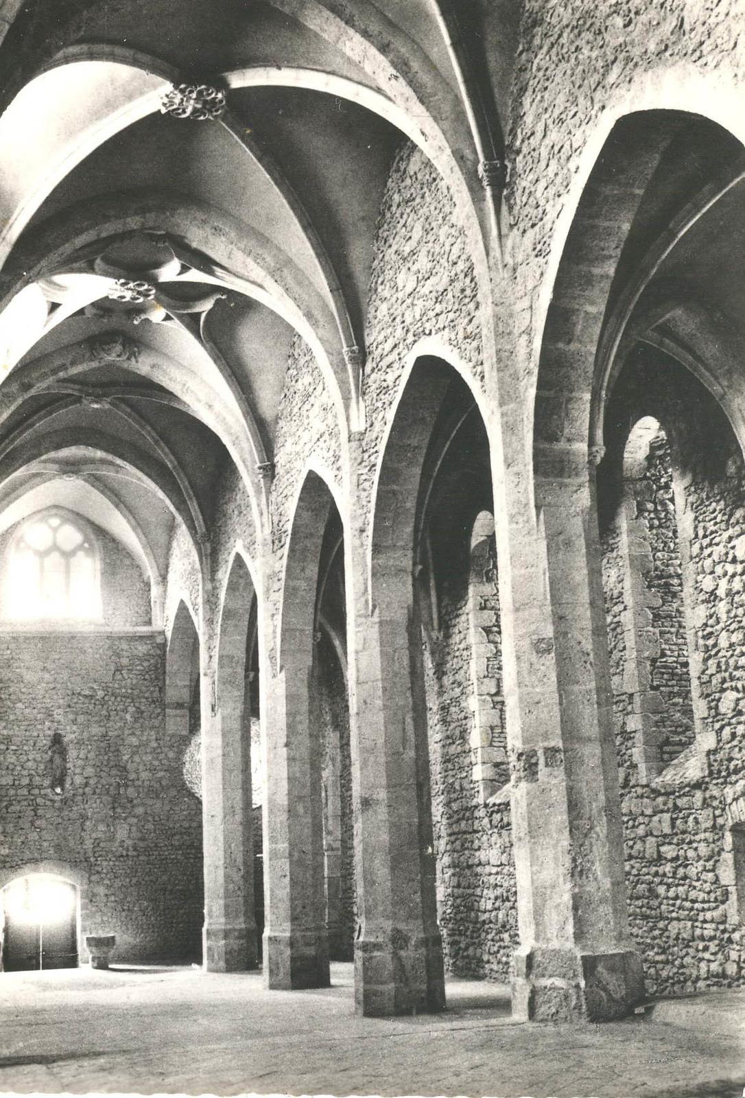 Pérouges - intérieur de l'église Ste Marie Madeleine