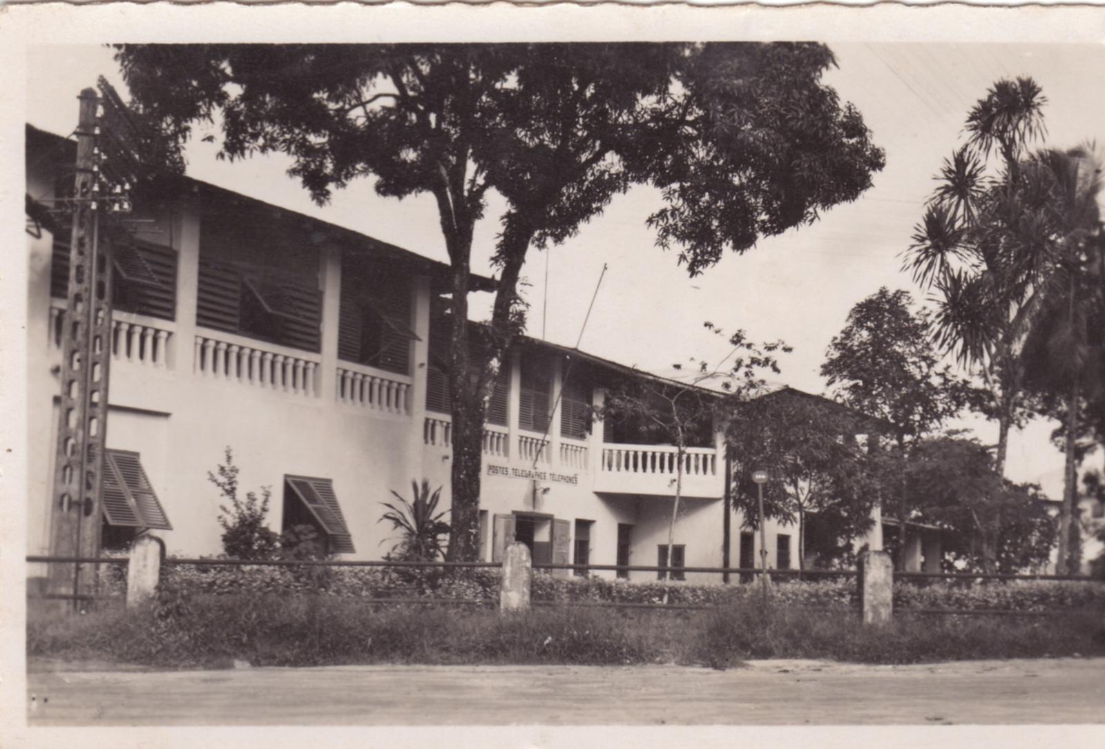 Douala -  La Poste Photo René Pauleau, Douala Recevez  nos voeux pour 1953nous sommes provisoirement logés dans un rdc des cases Meunier.Mon mari a repris son travail à New bellThérèse Laborde