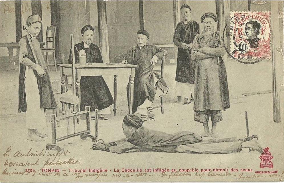 -  TONKIN.  Tribunal indigène.  La Cadouille est infligée au coupable pour obtenir des aveux.