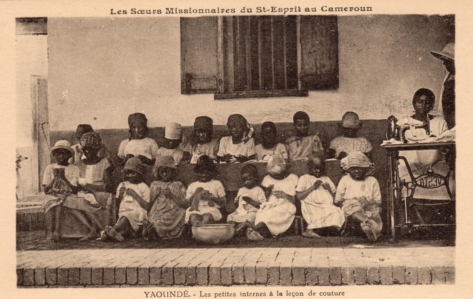 Yaoundé -  Les Soeurs Missionnaires du Saint Esprit Les petites internes à la leçon de couture