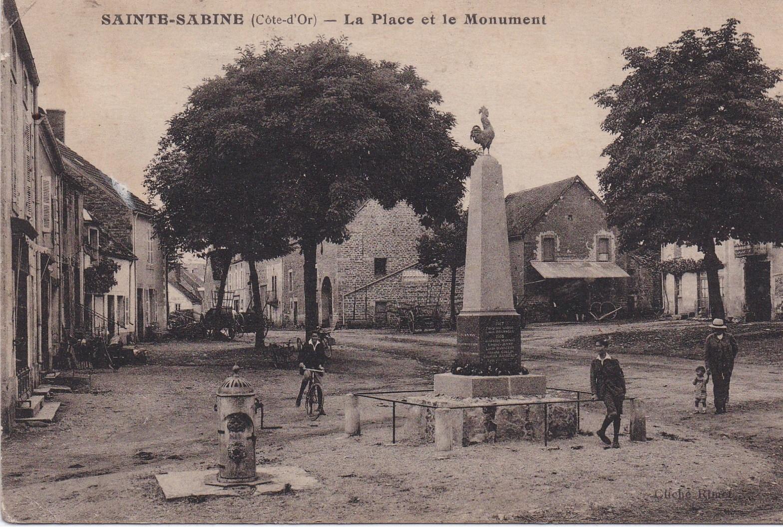 Sainte-Sabine -  la place et le monuments aux morts