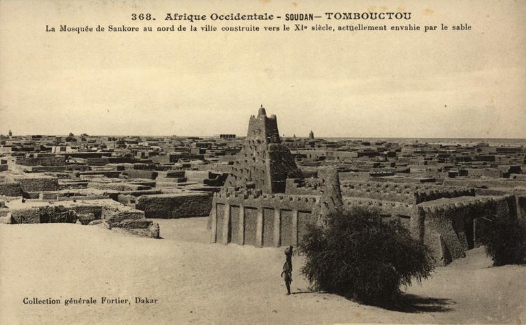 Tambouctou -  La mosquée de Sankore au nord de la ville construite vers le XI eme siècle actuellement envahie par le sable