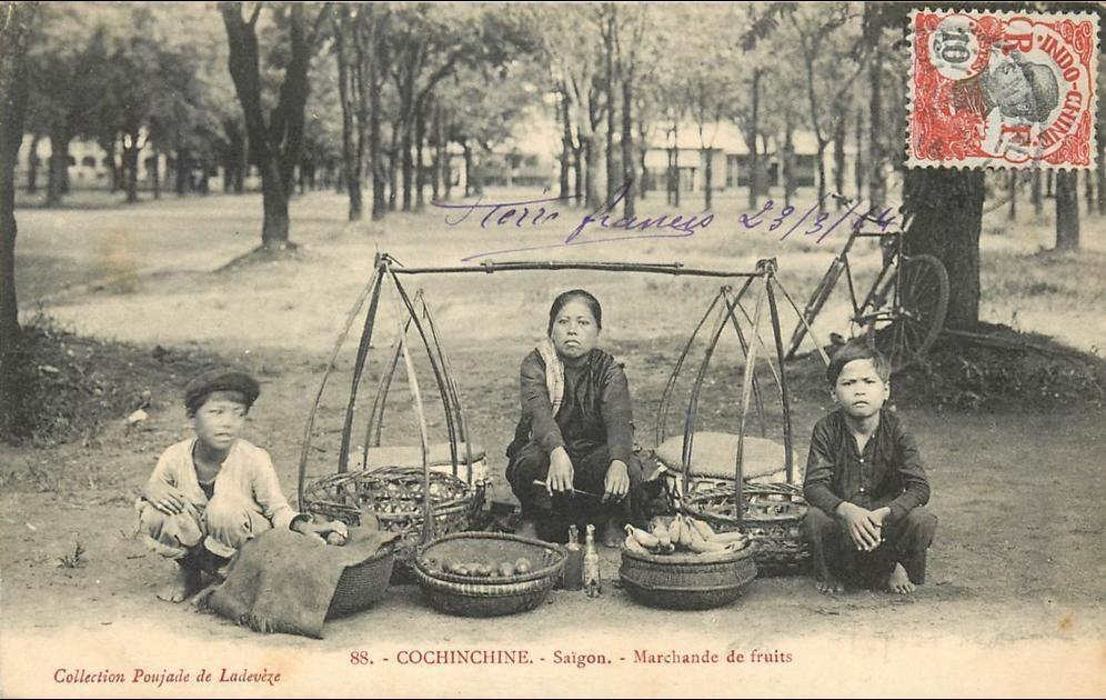 Ho-Chi-Minh -  VIET NAM . COCHINCHINE . SAIGON . MARCHANDE DE FRUITS . CPA ANIMEE . 1914 .