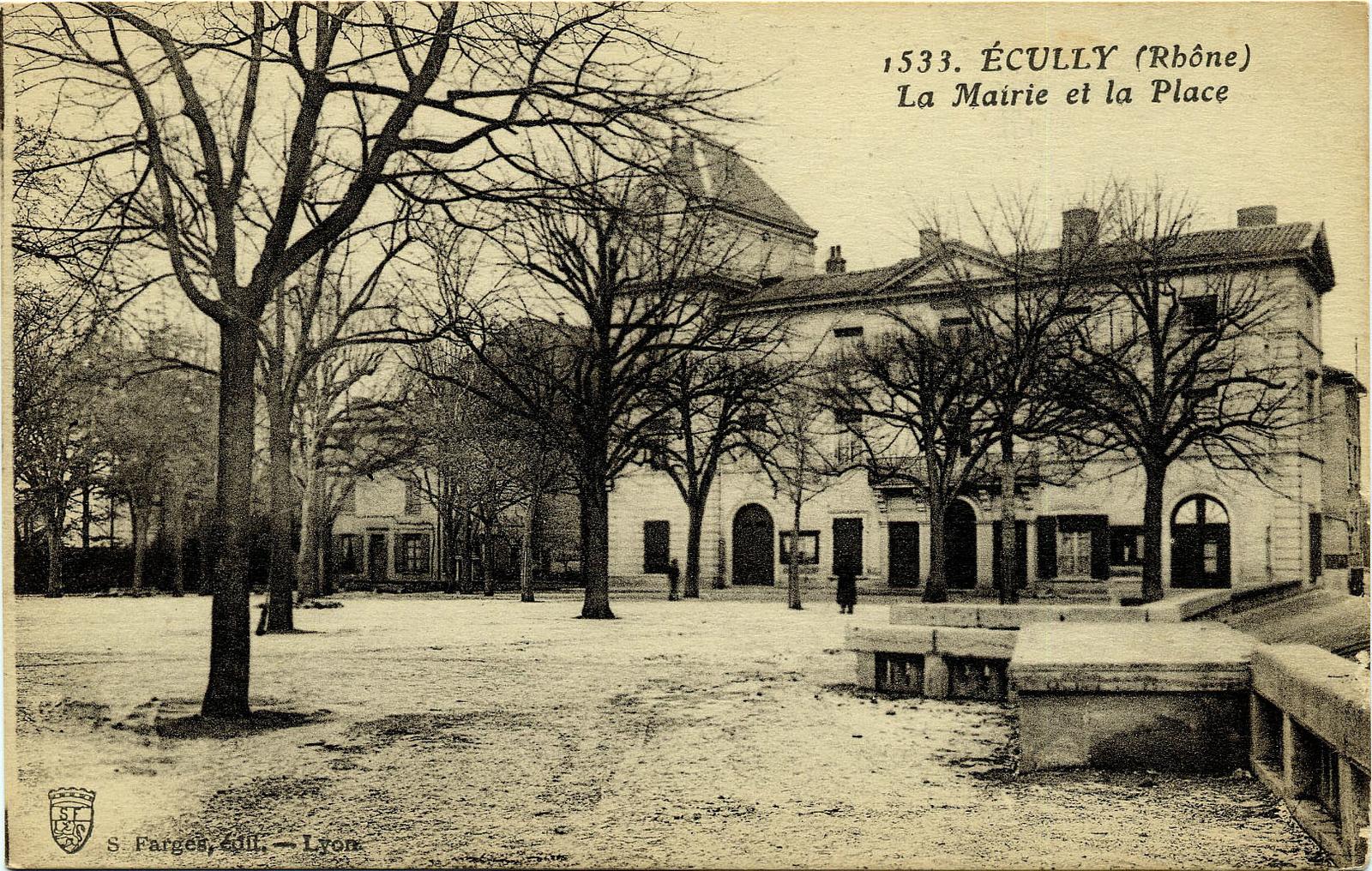 Ecully - Ecully, la Mairie et la Place