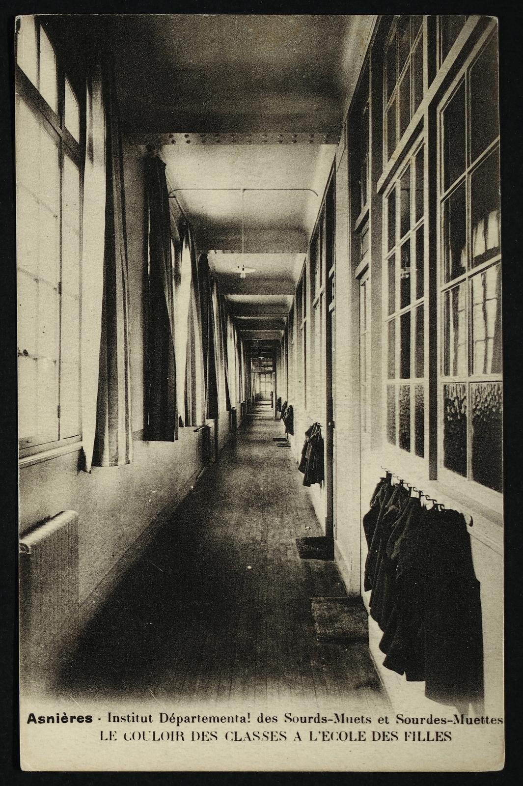 Asnières-sur-Seine - Institut  Départemental des Sourds-Muets  et Sourdes-Muettes - Le couloir des classes à l'école des filles