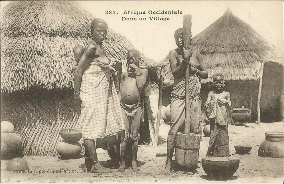 -  sénégal-dans un village,femmes seins nues