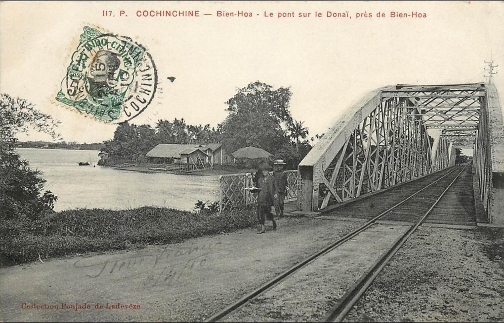 -  VIET NAM . COCHINCHINE . BIEN HOA . LE PONT SUR LE DONAÏ PRES DE BIEN HOA . CPA ANIMEE . 1910 .