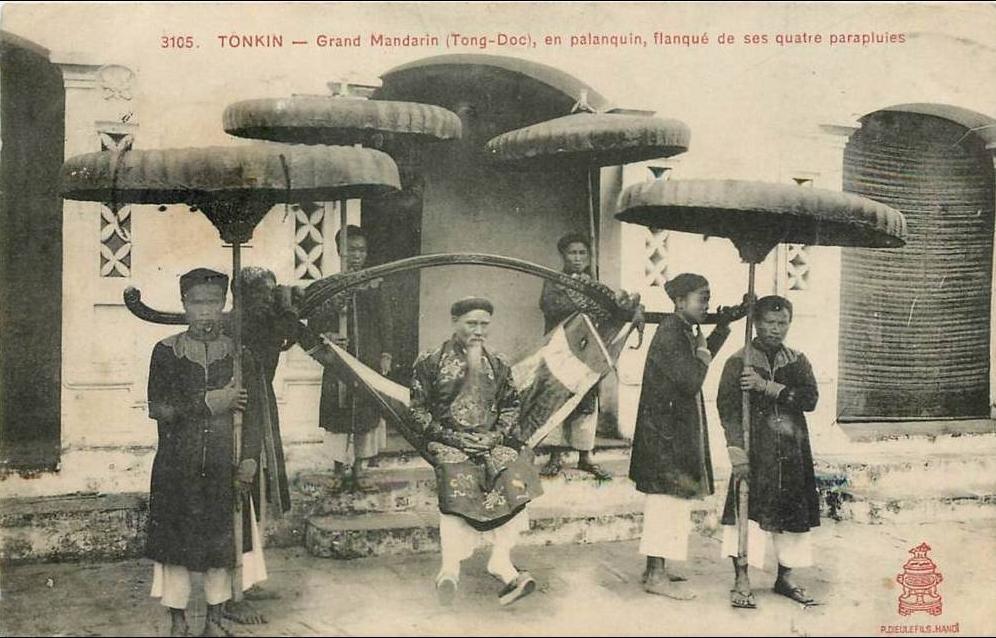 -  TONKIN grand mandarin (TONG DOC)en palanquin ,flanqué de ses quatres parapluies