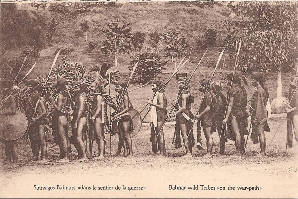 -  INDOCHINE  Sauvages Banhars dans le sentier de la guerre