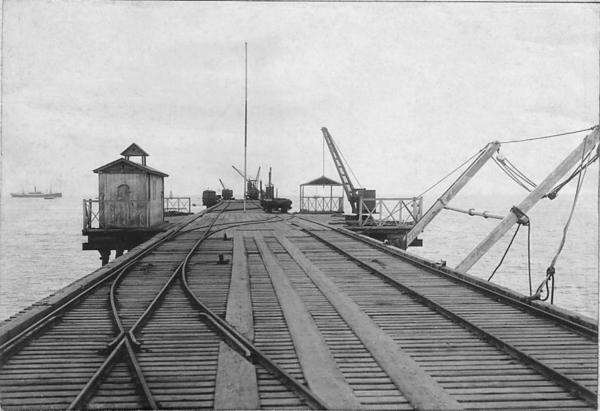 Tambo de Mora - Vista del muelle con las vías del ferrocarril que conectaba la ciudad de Chincha Alta con el puerto de Tambo de Mora.