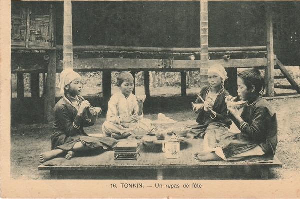 Hanoï - Tonkin. Un repas de fête. Carte écrite en 1942.