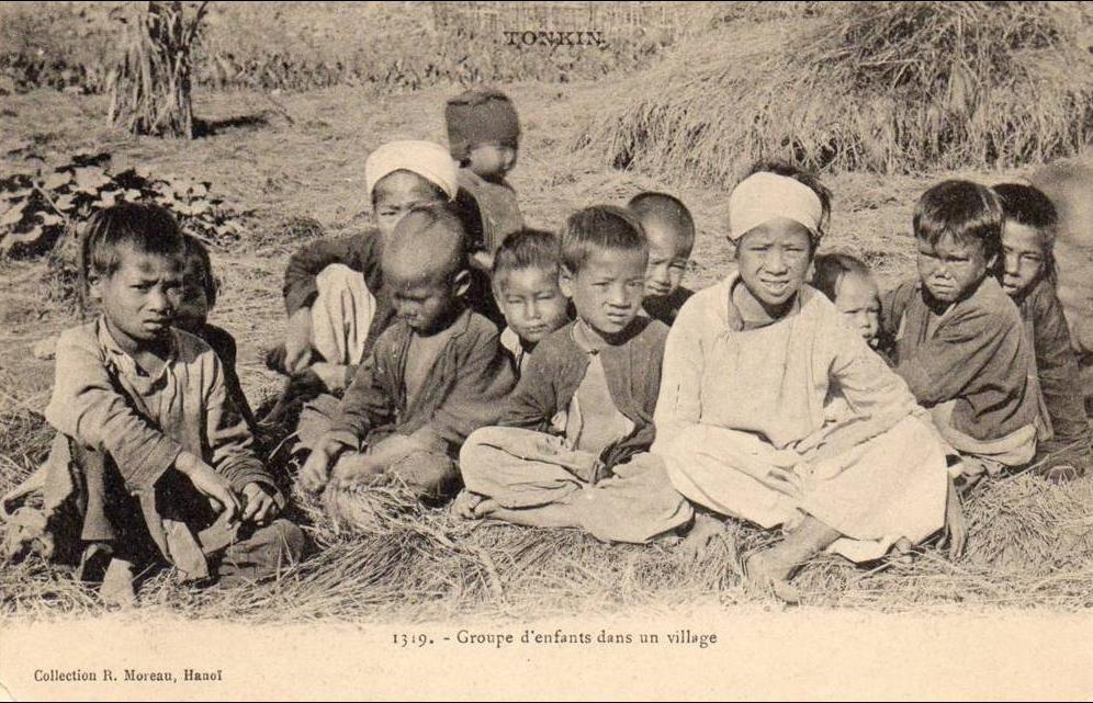-  tonkin -  groupe d'enfants dans un village