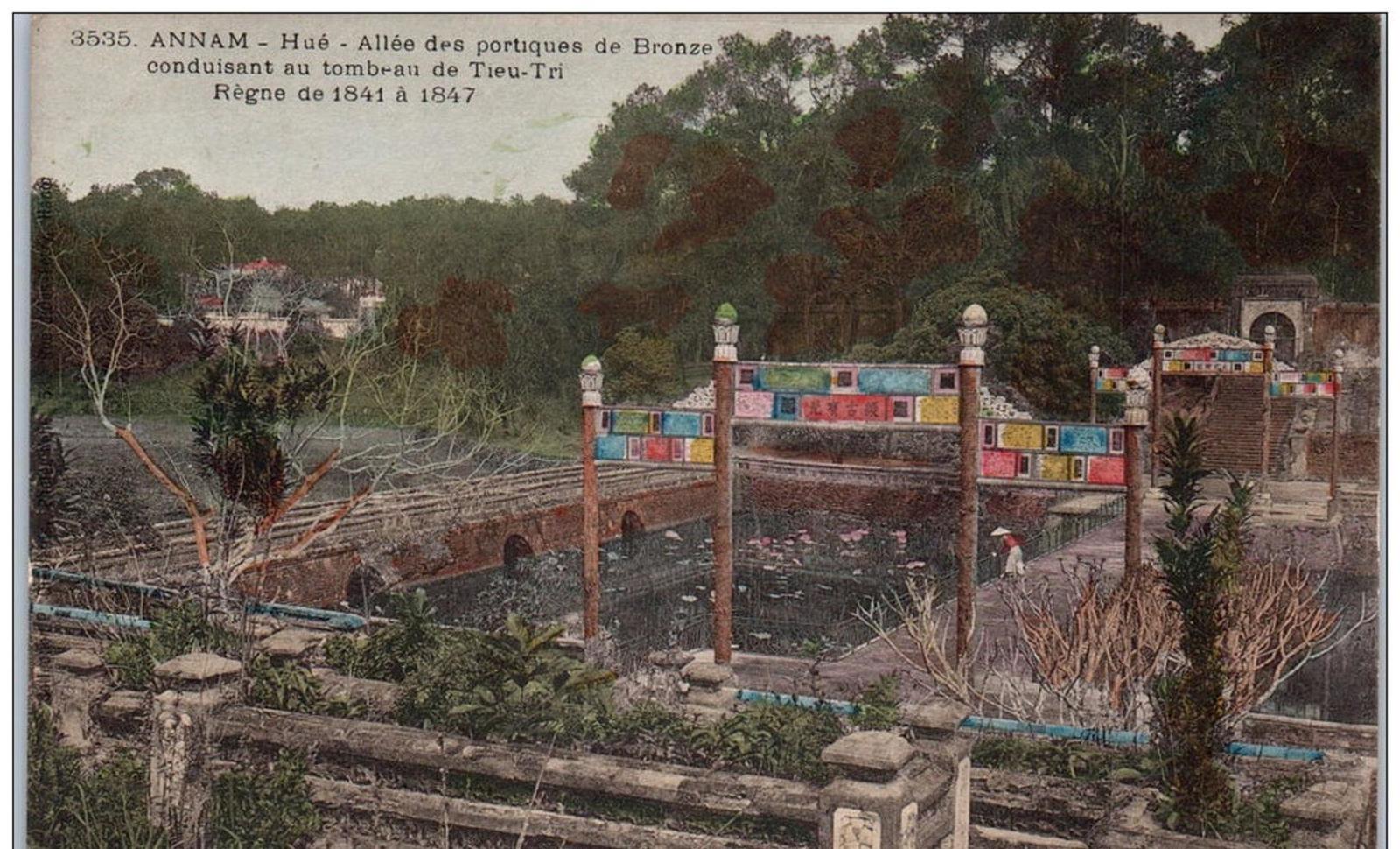 Hué -  INDOCHINE -ANNAM - HUE - allée des portiques ---