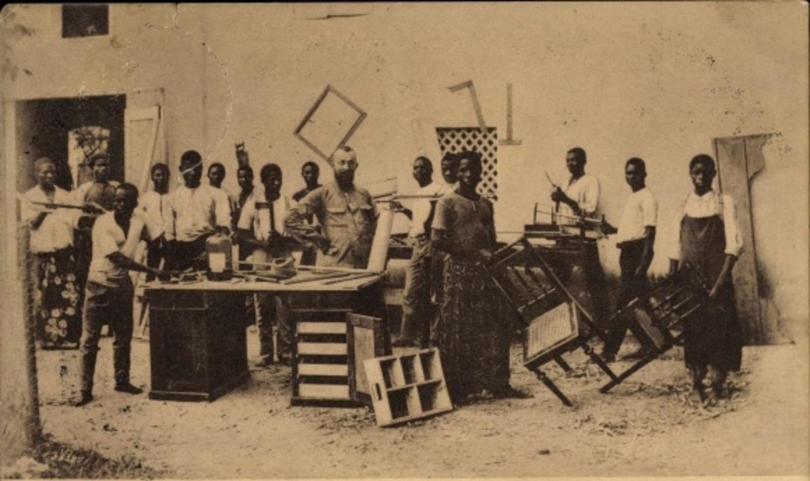 Douala -  Cp Douala Kamerun, Schreinerwerkstätte d. kath. Pallottinermission, einheimische Arbeiter, Missionar