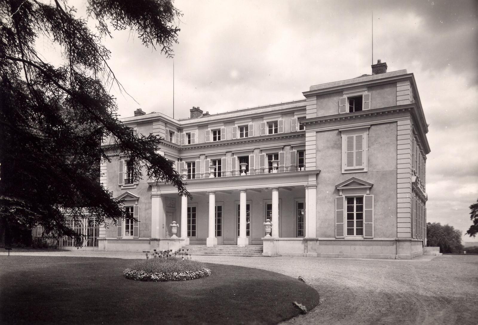 Louveciennes - CHÂTEAU DE VOISINS : Le comte Hocquart de Turtot fait construire ce château sur la propriété du marquis de Cavoye, grand maréchal à la cour et ami d'enfance de Louis XIV. Cette propriété passe au XVIIIème siècle à la princesse de Conti, petite-fille de Louis XIV et de Madame de Montespan, pour laquelle Ledoux fait un projet de palais colossal surplombant le cour de la Seine.  Elle devient ensuite la propriété des Le Coulteux, hantée par le souvenir de Fanny chantée par André Chénier. A la fin du XIXème siècle, le banquier Guillaume Beer et son épouse Elena Goldsmidt y tiennent salon littéraire. Leconte de Lisle y écrit La Rose de Louveciennes. Il abrite un centre de formation BNP-PARIBAS