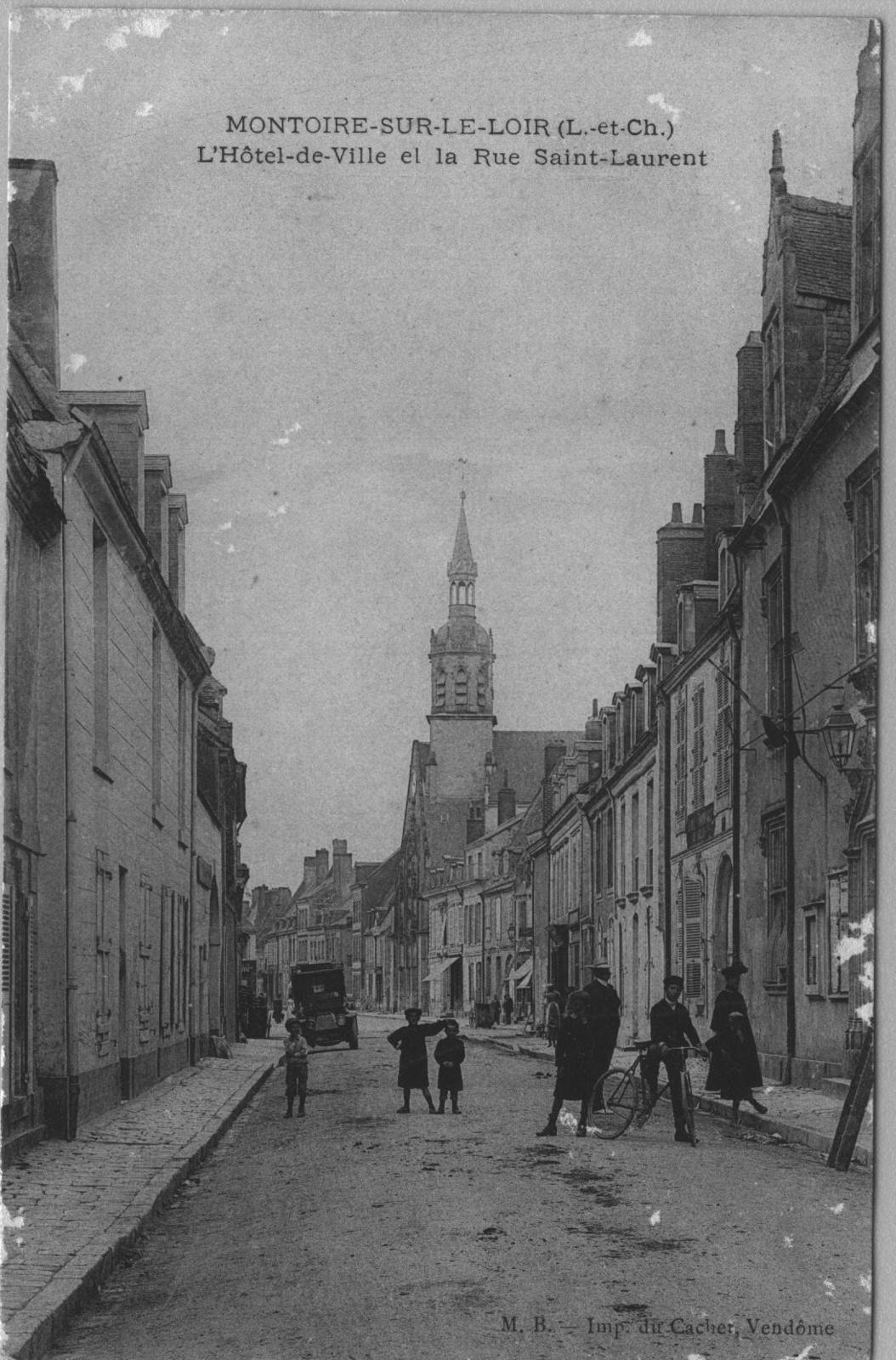 Montoire-sur-le-Loir - L'hotel de ville et la rue Saint-Laurent