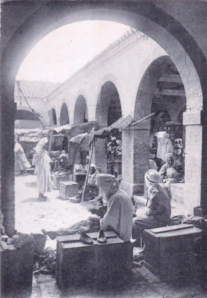 Biskra - Algérie - Biskra - les savetiers du souk ( petit metier )